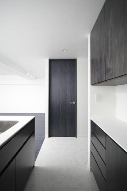 キッチン背後にはカップボード、写真中央の扉はパントリー収納。キッチン周辺の収納が豊富で使い勝手がよい