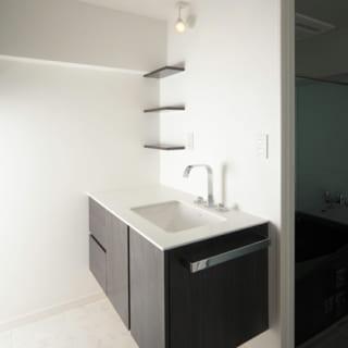 洗面台も造作。輸入物の水栓や、施主さまが海外で購入したタオルバーで個性をプラス(写真は鏡が入る前)