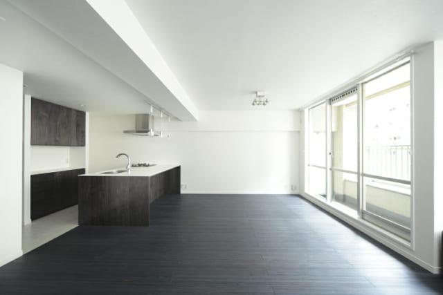 床はパイン材のフローリング。パイン材の柔らかさを活かして中まで着色しているため、仮にキズがついてもそこだけ色が変わることがない。隣にあった和室とつなげたLDKは横長の配置。長方形の長辺部分に窓が並び、空間全体の明るさも増した