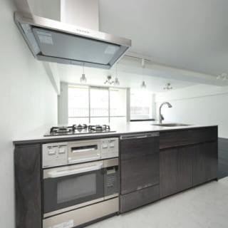 キッチンはオーブンや食洗機も入れたオリジナル。高さを奥さまの身長に合わせるなど、細やかにカスタマイズ