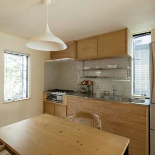 ダイニングキッチンの天井は現在の一般的な住宅よりも低めに計画したことで、不思議と落ち着く心地良い空間に。「日本のスケール感覚に合っているのではないでしょうか」と小山田さん。奥様の要望に応え、キッチンは高めに設置。長時間使用しても疲れないと喜んでいるそう