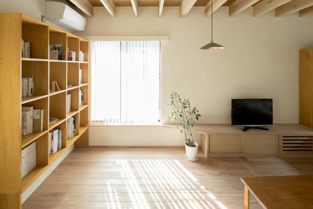 リビング、西側の窓からやさしい光が入ってくる。「西日は倦厭されがちですが、ブラインドを利用して柔らかな、気持ちいい光を感じることができます。これもゆとりを感じる小さな豊かさ」と小山田さん