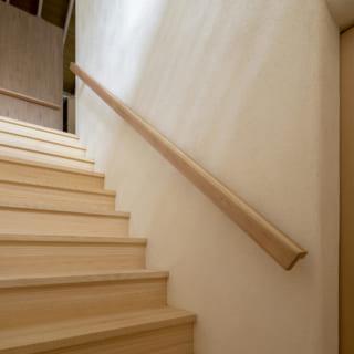 一般的な寸法より10センチほど幅広い階段。アールに加工された壁面の角は家にやさしい印象をもたらした