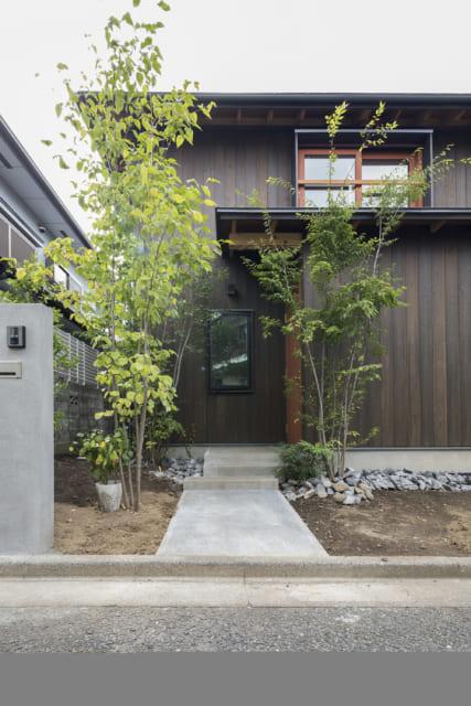 風合いを感じる焼杉の外観。日本の気候風土に合わせゆったりとした屋根と軒を構えた。経年変化も楽しめる