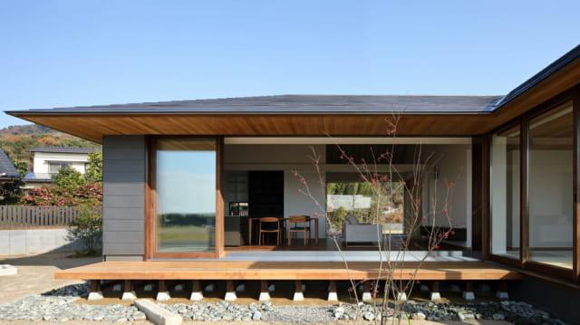敷地の高低差を利用した大きな縁側。窓を開くとリビングと縁側が一体となった大空間に。大きな軒は、夏の日差しを遮り、冬の光を取り入れる絶妙な角度