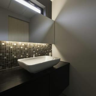 2階洗面室。奥さまの選んだタイルで洒落た雰囲気に。夜はここで歯磨きをして寝室へ。生活動線がとてもよい
