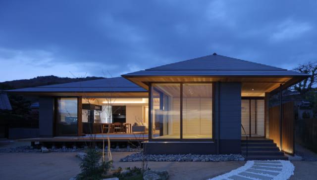 和室は、能舞台をも想起させる独立した落ち着きある佇まい。南面の3つの大窓が水平に連なり伸びやかな開放感を実現。軒裏と天井のレベルが揃うことで、奥行き感を出している