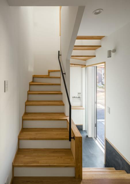 写真右の玄関を入るとすぐに2階への階段がある。LDKへの動線が良好で生活しやすい