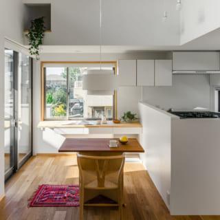 2階キッチン&ダイニング。写真右のキッチンはオーダーしたオリジナル。写真左、キッチンカウンターの正面には南のテラスがあり、屋外を眺めながら料理ができる