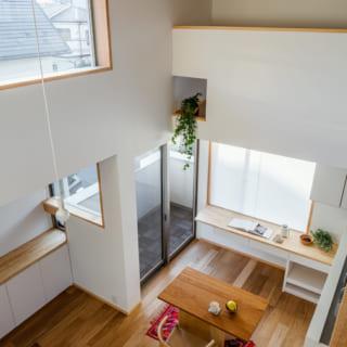 ロフトのカウンターからの眺め。写真奥上部もロフトの一部。手すりの小窓からグリーンを垂らして楽しめる