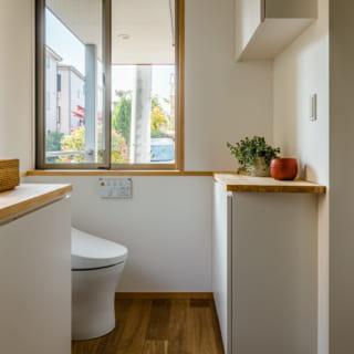 1階トイレ。窓の先は南のテラス。ブラインドなどを付ければ間接的に自然光を採り込める。換気もしやすい