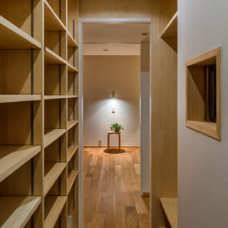 1階納戸。正面奥は引き戸を開けた寝室。納戸と寝室は出入口の位置をそろえてあり、スムーズに行き来できる