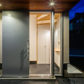 玄関ポーチの軒裏は木製、照明はダウンライト。すっきりとしたデザインながら、高級感も醸す