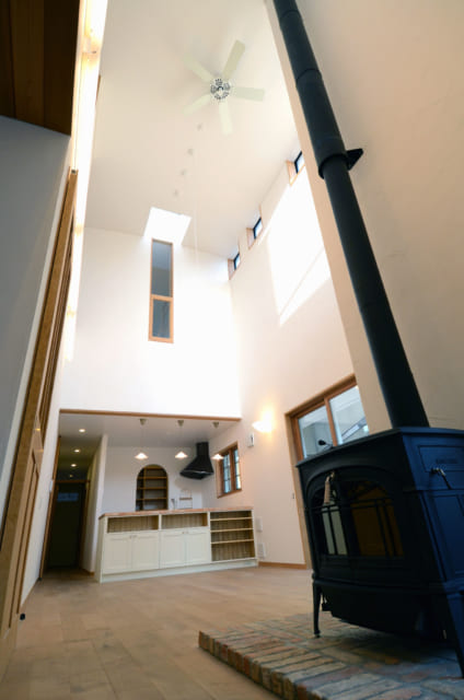 吹抜けのLDKは、2階の個室と窓を介してつながる。トップライトやハイサイド窓で採光も抜群