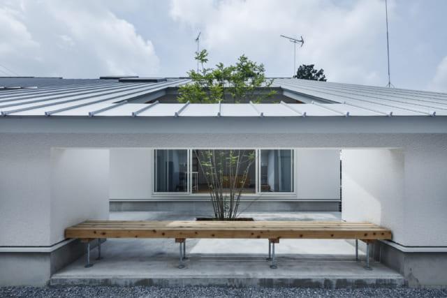 ベンチを設けたテラス。ベンチの左右は物置スペースとなっている。中央には植栽を配置し、LDKからこの植栽を眺められるよう工夫した