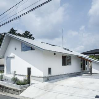 周辺に切妻や寄棟屋根の住宅が多かったので、あまりモダンになりすぎず、周囲に溶け込むよう偏心した切妻屋根を採用。外観は白とシルバーのみでシンプルに仕上られている