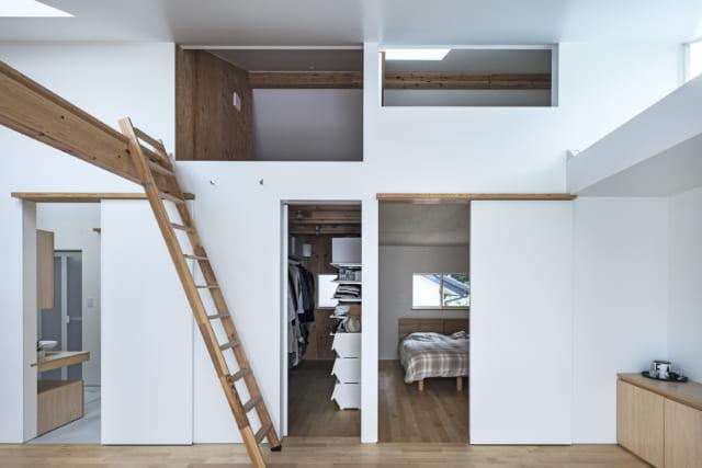 LDKと並行する形で夫婦の寝室とウォークインクローゼット、そして水回りといったスモールスペースが配されている。スモールスペースに行くには必ずこのビッグスペースを通る仕組みとなっており、このビッグスペースが廊下の役割も兼ねている