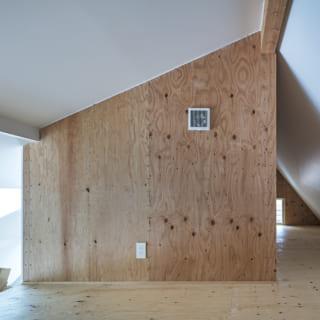 はしごを使って上がるロフトスペース。床、壁はラーチ用合板を仕上げないで木目を生かし、1階との変化をつけた