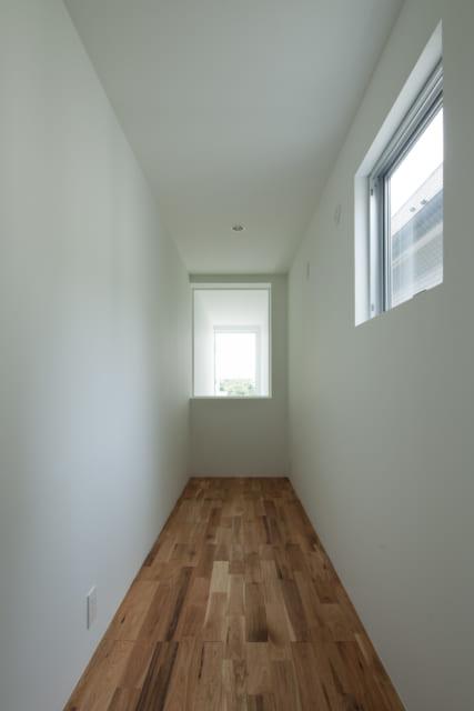 2階に設けられた、まるでトンネルのような個室。両サイドに机やベッドを置き、子ども部屋として使うことができる