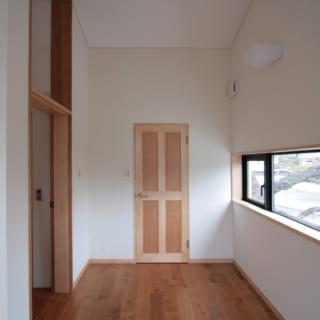 2階洋室は、将来、お母さまが同居できるようにつくったもの。写真左が入口で、部屋を出るとすぐにエレベーターがある。季節を迎えると、写真右の幅広の窓に境内の見事な桜が広がる贅沢なロケーション