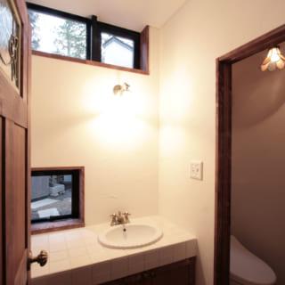窓のある手洗いとトイレのスペースを分けた1階トイレ。華道教室のすぐ近くにあり、生徒さんたちも使える