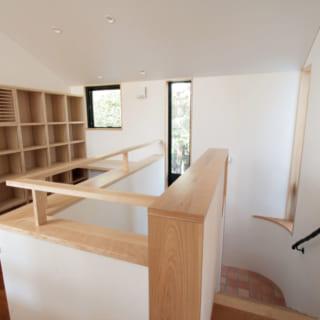 階段で2階に上がると、カウンターや本棚を造作した住職のプライベートな書斎がある。左にいくと主寝室、右に行くと子ども部屋と将来お母さまが住むための洋室。長い廊下はつくらず各所への移動距離を短くし、動線の利便性を高めている