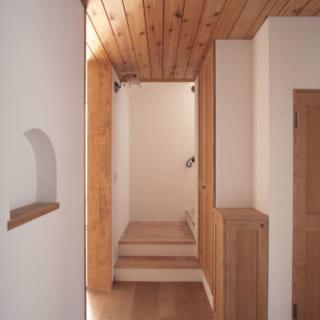 写真右が住居玄関。写真左へ進むとLDK。奥に階段、手前にエレベーターと、各所への動線がスムーズ