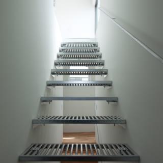 光を落とすインダストリアルな階段。シンプルに、スタイリッシュなテイストが好きというIさんの要望が細部にわたって叶えられている