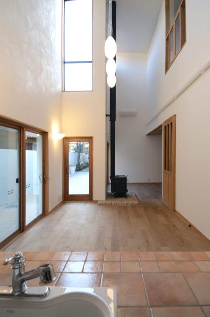 LDKの一部は写真右奥に続くL字型で空間に適度な独立性がある。木製窓はマーヴィン社製による防火窓