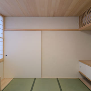 施主さまの仕事部屋である1階の法衣室。写真左のカウンター部分は掘りごたつ式で、腰掛けて仕事ができる。この部屋はリビング、集会所、本堂に移動しやすい位置にあり、動線がとても良い