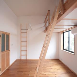 2階の子ども部屋は、ロフト付きの天井の高い空間。将来は2室に分けることもできる