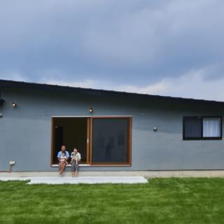 外壁はジョリパット。グレーの色は何パターンか提案した結果、この色に決めたそう。壁のグレーと木製の窓枠がみごとにマッチしている