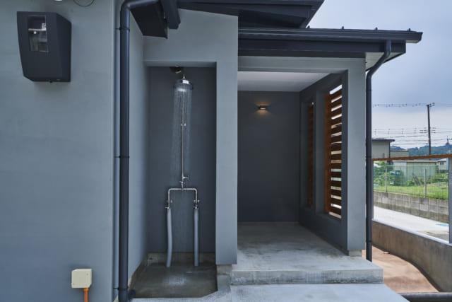 土間の玄関の横には、シャワーを設置。サーフィンをして帰ったとき、ここでシャワーを浴びることができるよう工夫されている