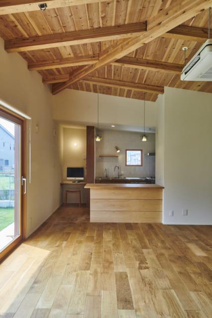 リビングから見たキッチン。カウンターとキッチンは大工さんが造作しているため、コストを抑えつつ、全体で統一感を出すことができた
