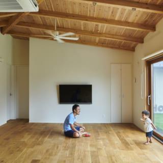 屋根形状はインテリアに影響させた方が面白いということで、天井にも同じ傾斜を採用。木の風合いを生かしつつ個性を出すことに