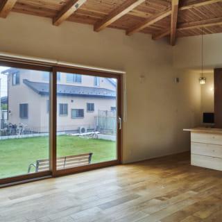 庭と視覚的にも動線的にもつながるよう工夫した広いLDK。床材はコストを大きく左右するため、いくつか提示。その中からオークの無垢材を選んでいただいた