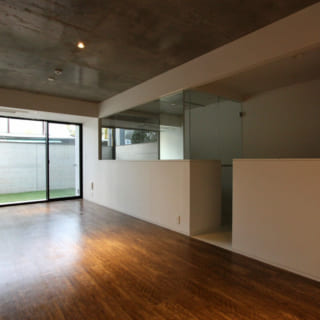 賃貸住戸の一例。片側にキッチンバスルームを寄せ、空間の広がりを演出。バスルームもガラス貼りとすることで開放感ももたらしている