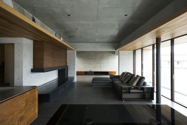広々としたLDKは、打ちっぱなしのコンクリートと、ウエスタンレッドシダーのコントラストが美しい。
