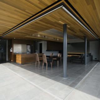 LDKは、ベランダとフラットな床となっている。掃き出し窓をフルオープンにすると内と外が一体化し、さらなる大空間に。
