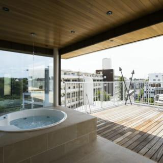 5階テラスに面したバスルーム。窓を開け放つと露天風呂に早変わり。開放的な空間での入浴は自宅に居ながらにして温泉気分を味わえる