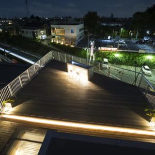 スカイラウンジは、各所に照明が設置され、夜でも活用可能。洗面所の明り取りの天窓が下からルーフバルコニーに光を届ける役割も