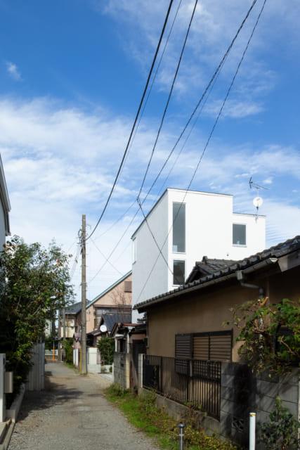 南から見たM邸。3方向に隣家が迫るが、タテの空間を活かす設計と的確な窓計画で、邸内は開放感たっぷり