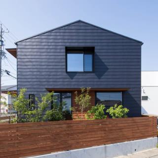 外観。塀で水平ラインを強調し、シンプルであっても単調な建物とならないデザインを提案した