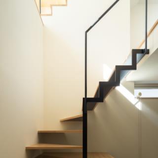 1階から2階への階段。最初の数段は下が収納になっており、スペースを有効活用している