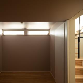 1階寝室。寝るだけの味気ない空間にならないよう、壁は上品な淡いパープルに。オリジナリティがあり、愛着が湧く空間となった