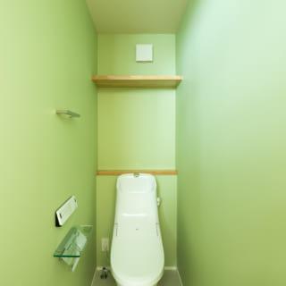 1階トイレ。清潔感のあるグリーンの天井や壁で表情を出した