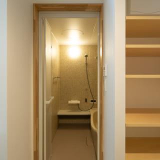 1階の浴室、洗面室。洗面室も収納が豊富。水まわりは1階にまとめている