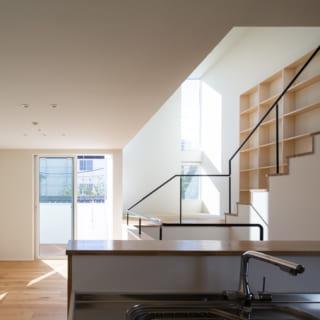 2階キッチンからの眺め。リビング・ダイニングの先には南のバルコニーがあり、明るい光が差し込む。2階の床はヴィンテージ感のある天然のオークを張った複合フローリング材。壁は調湿効果のある塗り壁で仕上げている