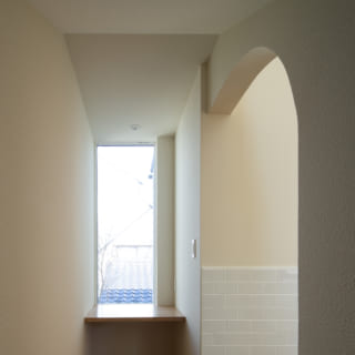 2階に上がったところの左手には、シンボルツリーが見えるワークスペース。写真右にはLDKが広がる