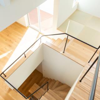 3階から真下を見ると1階まで見える。写真奥に見えるバルコニーは、LDKにも畳スペースにも光を届ける